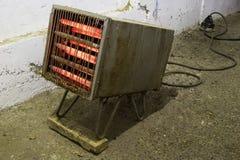 Vecchio riscaldamento elettrico arrugginito più calorifier, radiatore Fotografie Stock Libere da Diritti