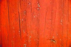 Vecchio rosso grungy e stagionato e l'arancia hanno dipinto il fondo di legno di struttura della plancia della parete Fotografia Stock Libera da Diritti