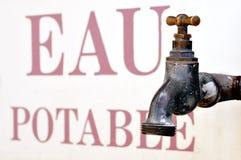 Vecchio rubinetto con acqua potabile scritta fotografia stock libera da diritti