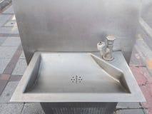 Vecchio rubinetto con il lavandino in parco pubblico Fotografia Stock Libera da Diritti