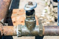 Vecchio rubinetto di acqua su Rusty Pipe Fotografie Stock Libere da Diritti