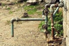 Vecchio rubinetto di acqua sulla via Fotografie Stock