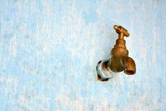 Vecchio rubinetto in parete sbiadita Immagini Stock Libere da Diritti