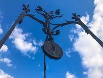 Vecchio ruota forgiata dell'oggetto d'antiquariato bello ferro nero medievale d'annata, un dispositivo per il sollevamento delle  fotografia stock