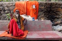 Vecchio sadhu che si siede sulla via di Rishikesh immagini stock libere da diritti
