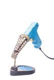 Vecchio saldatoio blu arrugginito che sta sul supporto, o isolata Immagine Stock