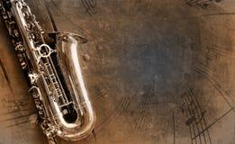Vecchio sassofono con priorità bassa sporca Immagini Stock