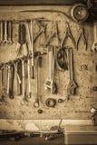 Vecchio scaffale dello strumento contro uno stile dell'annata della parete Fotografie Stock