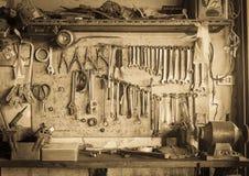 Vecchio scaffale dello strumento contro uno stile dell'annata della parete Immagine Stock