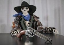 Vecchio scheletro ad ovest del revolver Fotografia Stock Libera da Diritti