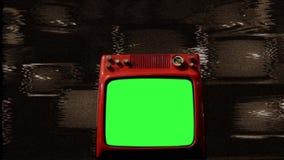 Vecchio schermo di verde di rosso TV in mezzo a molte TV disturbo Tono di seppia video d archivio