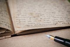 Vecchio scritto a mano e penna fotografie stock
