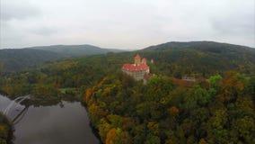 Vecchio secolo ceco Hrad Veveri, tetti rossi del castello 11 del fiume stock footage