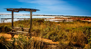Vecchio sedile di banco alla spiaggia Fotografie Stock
