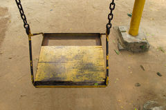 Vecchio sedile di legno vuoto dell'oscillazione Immagini Stock Libere da Diritti