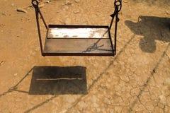 Vecchio sedile di legno vuoto dell'oscillazione Fotografie Stock