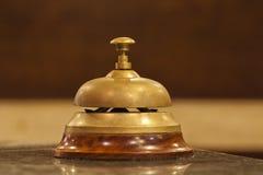 Vecchio segnalatore acustico dell'hotel su un basamento di legno Fotografia Stock