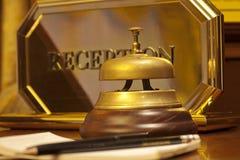 Vecchio segnalatore acustico dell'hotel su un supporto di legno Fotografia Stock