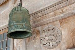 Vecchio segnalatore acustico, parte anteriore del tempiale shintoista, Giappone Fotografie Stock Libere da Diritti
