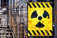 Vecchio segnale di pericolo nucleare Fotografia Stock Libera da Diritti