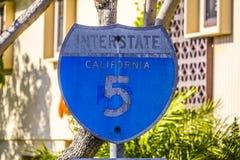 Vecchio segnale stradale arrugginito 5 da uno stato all'altro California - SAN DIEGO/CALIFORNIA - 21 aprile 2017 Immagini Stock