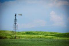 Vecchio segnavento del metallo nei campi verdi di rotolamento Fotografia Stock