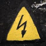 Vecchio segno ad alta tensione sopravvissuto Fotografia Stock