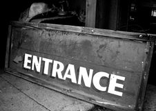 Vecchio segno ad ovest dell'entrata di B&W Fotografia Stock