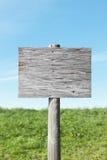 Vecchio segno in bianco il giorno pieno di sole Fotografia Stock