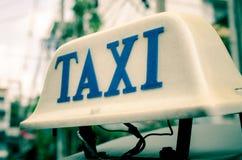 Vecchio segno del taxi sull'automobile della cima del tetto Fotografia Stock