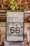 Vecchio segno di Route 66 al grande magazzino del Hackberry Fotografia Stock