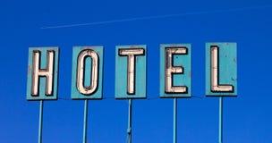 Vecchio segno ed aeroplano dell'hotel isolati sull'azzurro Fotografia Stock Libera da Diritti