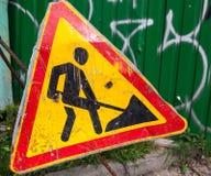 Vecchio segno graffiato di lavori stradali del metallo Immagine Stock Libera da Diritti