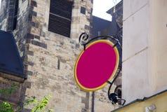 Vecchio segno rosa della casa che appende sulla vecchia costruzione fotografia stock