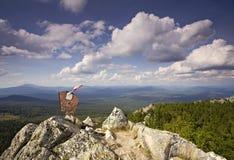 Vecchio segno sulla parte superiore della montagna immagine stock libera da diritti