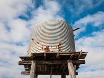 Vecchio serbatoio di acqua elevato Fotografia Stock Libera da Diritti