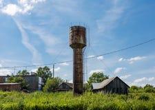 Vecchio serbatoio di acqua Rifornimento di acqua sotto pressione fotografia stock libera da diritti