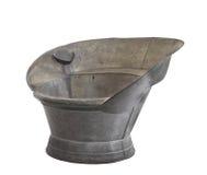 Vecchio sit-in galvanizzato dello stagno che bagna vasca isolata. immagini stock