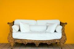 Vecchio sofà Immagini Stock Libere da Diritti