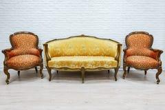 Vecchio sofà di lusso d'annata e paia delle poltrone Fotografia Stock Libera da Diritti