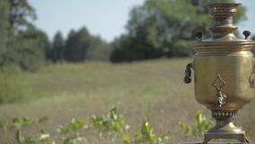 Vecchio soggiorno russo della samovar sul grpound Fokus selettivo video d archivio