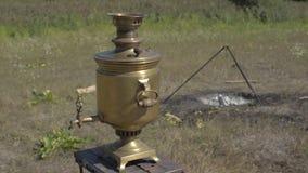 Vecchio soggiorno russo della samovar sul grpound Fokus selettivo archivi video