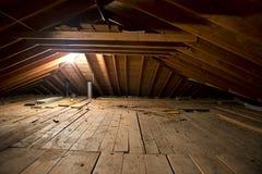Vecchio spazio ammuffito sporco scuro della soffitta in Camera o nella casa Fotografia Stock Libera da Diritti