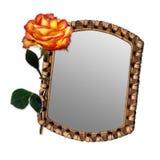 Vecchio specchio con priorità bassa isolata bella rosa Immagine Stock Libera da Diritti