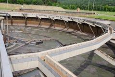 Vecchio stagno vuoto dell'impianto per il trattamento delle acque Immagine Stock