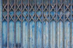 Vecchio stile della porta d'acciaio blu chiusa Fotografia Stock Libera da Diritti