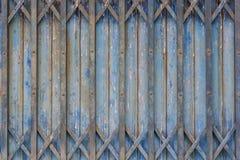 Vecchio stile della porta d'acciaio blu chiusa Fotografia Stock