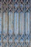 Vecchio stile della porta d'acciaio blu chiusa Fotografie Stock Libere da Diritti