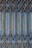 Vecchio stile della porta d'acciaio blu chiusa Immagini Stock