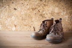 Vecchio stile di cuoio tradizionale dello stivale di cuoio su fondo di legno i Fotografia Stock